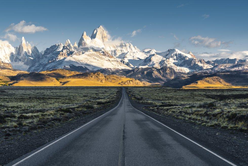 La localidad argentina de El Chaltén, al borde de la zona norte del parque nacional de Los Glaciares, fue declarada Capital Mundial del Trekking en 1994. Es un magnífico campamento base para conocer el monte Fitz Roy, llamado Chaltén en lengua indígena, que eleva sus 3.405 metros de altura, muy difíciles de escalar, en la Patagonia, entre glaciares y nubes.  Argentina  lo comparte con la vecina  Chile ; por la parte chilena se encuentra el parque nacional Bernardo O'Higgins, que protege la sección septentrional del Campo de Hielo Patagónico Sur, y Villa O'Higgins.