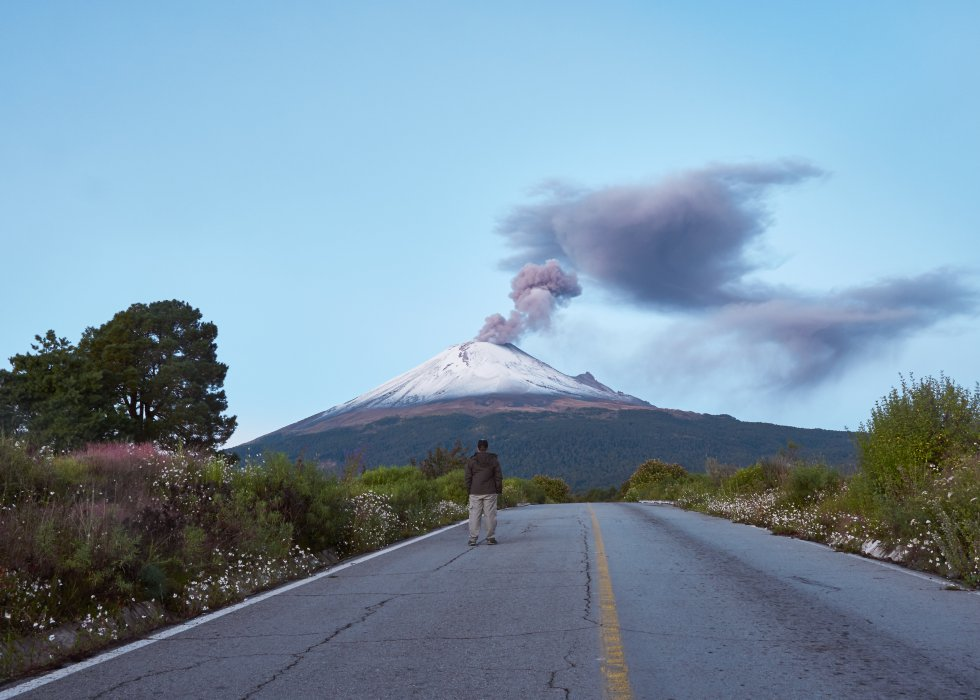 Es un volcán de 5.426 metros de altitud  en el centro de México , entre los Estados de Puebla y Morelos, que cada cierto tiempo lanza enormes fumarolas para recordar que sigue activo. Los algo más de 2.000 habitantes de Santiago Xalitzintla, población a tan solo 12 kilómetros de distancia del cráter, tuvieron que ser evacuados en 2000, y permanecieron en alerta este mismo verano, pero siguen junto a su volcán, al que llaman Don Goyo y veneran. Actualmente se permite el acceso al Paso de Cortés, puerto montañoso a 3.600 metros sobre el nivel del mar, entre el Popocatépetl y el Iztaccíhuatl, pero no al albergue de Tlamacas ni al cráter.