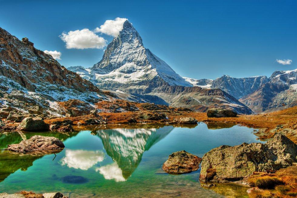 En alemán se llama Matterhorn y, en francés, Le Cervin. Probablemente sea la montaña más famosa de los Alpes, con sus 4.478 metros de altura, solo aptos para escaladores avezados, haciendo de frontera entre Italia y Suiza.  Por la parte suiza , donde es un símbolo nacional, puede verse desde la plataforma de observación del pico Klein Matterhorn, que está justo enfrente, a 3.883 metros, a la que se llega en el teleférico más alto de Europa. Su imponente figura en forma de pirámide domina el complejo de esquí de Breuil-Cervinia-Valtournenche-Zermatt, extendido sobre tres valles y dos naciones, con más de 360 kilómetros de pistas.