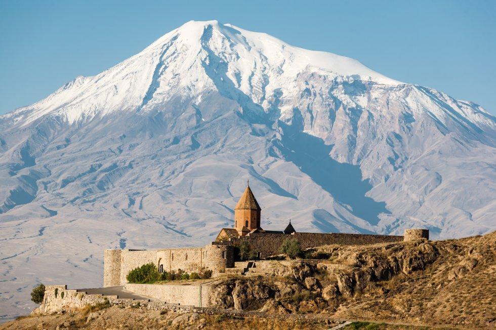 Dice la tradición que en este volcán inactivo  en la parte oriental de Turquía,   coronado de nieves perpetuas, tocó tierra el Arca de Noé tras el Diluvio Universal. El pico más alto del país impone sus 5.137 metros de altura sobre las llanuras circundantes, recorridas por los ríos Tigris y Eúfrates. Se encuentra muy cerca de la frontera con Irán y Armenia, de hecho es parte de la Armenia histórica. Su ascenso no presenta dificultades técnicas, pero sí geopolíticas, tanto que su acceso estuvo cerrado al turismo entre 2015 y 2018. Es necesario escalar con guía o agencia local autorizada.