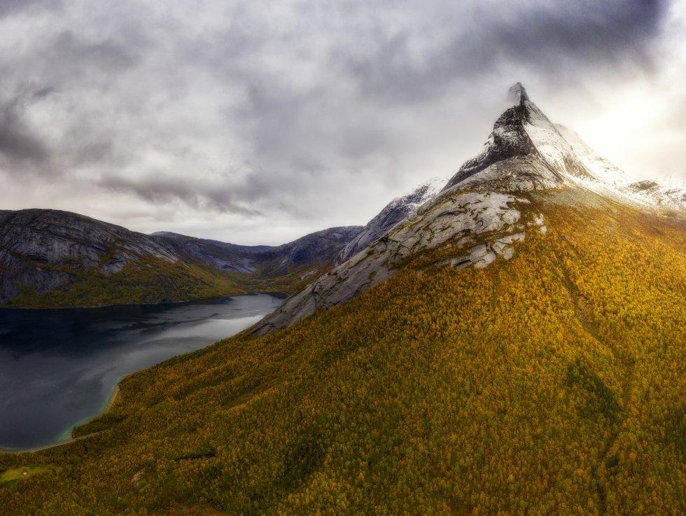 Los noruegos la votaron   como montaña nacional en 2002. Tiene 1.392 metros de altura en forma de pirámide muy picuda, en el municipio de Tysfjord, a unos 90 kilómetros al sur de la ciudad de Narvik. Un obelisco de puro granito con crestas que se elevan directamente desde el fiordo, que tradicionalmente ha servido de punto de referencia a los marineros que faenaban en la costa. Es muy popular entre alpinistas y senderistas y hay organizadas visitas guiadas para escalarla. La marca española Boreal ha bautizado con su nombre una de sus botas de montaña.