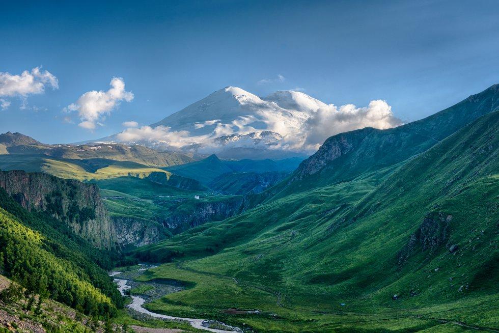 Este volcán durmiente de 5.642 metros de altura en las montañas del Cáucaso, al sur de Rusia, cerca de la frontera con Georgia,  está considerado el techo de Europa , a pesar de que la cordillera en la que se encuentra marca la frontera con Asia. Desde su cima se divisan el Mediterráneo y el mar Negro. A partir de los 3.800 metros de altura hay nieve perpetua y 23 glaciares que alimentan tres ríos principales: Baksan, Malku y Kuban. El parque nacional de Prielbrusye impulsa actividades turísticas en el entorno, como escalada, 'trekking', montañismo o esquí.
