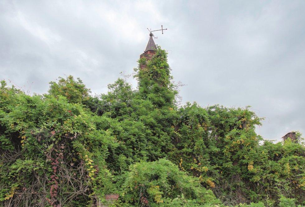 """""""Logo pela manhã, numa estrada rural da Itália, fui para o primeiro lugar do dia"""", Meslet começa na descrição desta capela do século XIII, que intitulou 'Igrejas se escondem para morrer'. """"Acordei muito cedo porque tive que aproveitar os últimos momentos da noite para entrar em um antigo hospital psiquiátrico abandonado. O acesso estava bastante exposto e complicado. De repente apareceu na beira da estrada. Solitária. Completamente esquecida. Apenas a torre e sua cruz vacilante se projetava do enorme arbusto que a engoliu. Estacionei meu carro do outro lado da estrada, próximo a um campo, e me aproximei lentamente. Não conseguia acreditar no que estava vendo. Que foto. Orgulhosa, ainda de pé apesar das provações a que o tempo e os homens a submeteram. Lembrei-me da Capela de St. Paul, em Manhattan. O mesmo sentimento se misturou entre orgulho e desolação """", diz ele."""