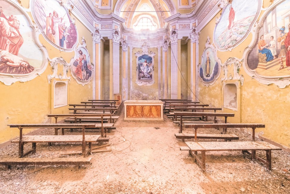 """O pintor, decorador e escritor Nicolas Hamm, outro dos """"espectadores"""" recrutados por Francis Meslet, descreve os seus sentimentos ao ver a imagem desta capela dos séculos XVIII e XIX: """"Ali... Estamos rodeados, embutidos em frescos, ou melhor, entre molduras suaves, recortes barrocos, mas com um toque 'kitsch'... A atmosfera geral é amarela... O altar também 'emoldurado'. Os bancos tão bem colocados e tão terrivelmente silenciosos. O chão pontilhado de manchas de sujeira contrasta com as manchas de vitral, 'rococoescas'. Jesus Cristo, azul, na frente, nos acolhe com um maneirismo espontâneo e fervoroso, embora um pouco simples. O chão definha enquanto o teto está coberto de estrelas… """"."""