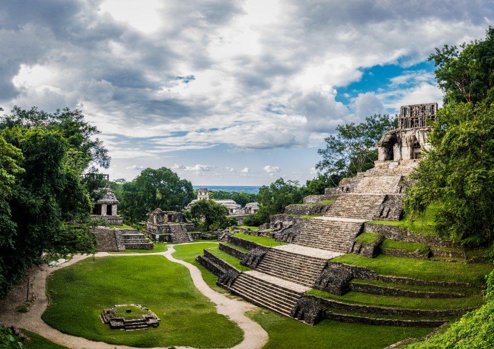 Envueltos en la nieva matinal de la selva, habitados por monos y loros,  los templos de Palenque  se elevan sobre la jungla esmeralda. Se trata del primer enclave arqueológico maya descubierto (en 1773) y es un lugar que evoca la aventura con mayúsculas, lleno de rincones asombrosos, como la tumba de la misteriosa Reina Roja y su sarcófago, el laberíntico palacio o su icónica torre. Palenque es uno de los principales destinos del Estado de Chiapas y una de las mejores muestras de arquitectura maya de México. A pesar de los muchos turistas que recibe a diario, resulta una experiencia descubrir, entre la densa selva, sus cientos de edificios en ruinas que se extienden a lo largo de 15 kilómetros cuadrados, aunque solo se ha excavado la zona central, más compacta. El conjunto nos descubrirá, por ejemplo, el Templo de las Inscripciones, donde está enterrado el rey más notorio y misterioso de la ciudad, Pakal el Grande o señor de Pakal; el edificio más alto y majestuoso de Palenque, o el Palacio, una gran estructura dividida en cuatro patios principales y todo un laberinto de pasillos, o los interesantes templos de la Acrópolis sur. Todos del Periodo Clásico, entre el año 400 y 700.