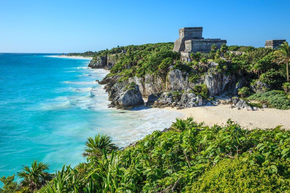 Los mayas preferían alzar sus ciudades y complejos ceremoniales en el interior, rodeados por la densa selva centroamericana,  pero Tulum es una excepción . No hay yacimiento mejor situado que Tulum, con sus templos encaramados sobre la espectacular costa caribeña de la península de Yucatán (México), de arena blanca y aguas verde jade. Sus ruinas son modestas en comparación con otros templos mayas, pero su acceso es mucho más sencillo. Se asoman al mar cumpliendo un papel estratégico de fortaleza de vigilancia, y los alrededores están llenos de restos igual de interesantes. Lo más llamativo es la atalaya que los españoles bautizaron como el Castillo. Posiblemente Tulum fue el último monumento construido por los mayas antes de la conquista española y uno de los primeros que contemplaron los europeos.