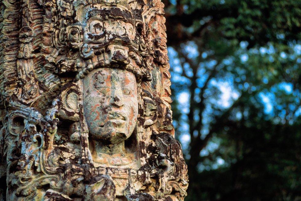 Aunque Guatemala y el sur de México reúnen los yacimientos mayas más conocidos y visitados, los enamorados de los sitios arqueológicos no pueden perderse una escapada a Honduras, donde se desarrolló uno de los principales núcleos de la cultura maya, Copán, que acabó por desmoronarse misteriosamente.  La ciudad-Estado de Copán  fue fundada en el siglo V y, por razones hasta hoy desconocidas, abandonada hacia el año 850. En su época de mayor prosperidad y esplendor llegaron a vivir en ella 30.000 personas. Como en la mayor parte de las ruinas mayas, está excavado entre un 5% y un 10% de su extensión total: unos 25 kilómetros cuadrados, aunque la visita se realiza en una zona que no sobrepasa un kilómetro. Patrimonio mundial desde 1980, Copán fue, sin duda, uno de los mejores centros artísticos, ceremoniales y también científicos de esta civilización prehispánica. Reúne edificios que fueron casas o palacios, templos, (la mayor parte en la llamada Acrópolis), estelas de piedra muy representativas del conjunto e incluso pasajes subterráneos. Pero su monumento más importante es el llamado Altar Q. Su escalinata de los jeroglíficos es la mayor inscripción maya descubierta hasta la fecha, una crónica dinástica que representa a 16 de los 18 monarcas que gobernaron Copán en sus cinco siglos de historia.