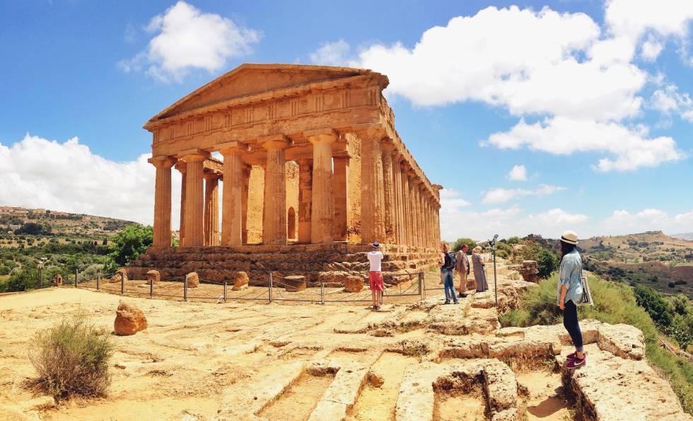 El centro de Sicilia está cubierto por campos ondulados, crestas montañosas y poblaciones sobre colinas, pero también esconde algunos de los más increíbles yacimientos del Mediterráneo. Aunque la ciudad de Agrigento, de arquitectura desordenada, no causa muy buena impresión al viajero, bajo la colina se encuentra  el espléndido Valle de los Templos , donde los antiguos griegos construyeron su gran ciudad de Akragas. Declarado patrimonio mundial por la Unesco, el Valle de los Templos es un recinto arqueológico impresionante en el que se reúnen una docena de templos griegos restaurados luego por los romanos. El de Dioscuri, el de Hércules y, sobre todo, el de la Concordia (en la foto), que se conserva casi intacto, son los más destacados. Son un total de cinco templos dóricos dispuestos a modo de cresta y proyectados en su día para servir de faro a los marineros. Están en diferentes estados de decadencia pero en su conjunto nos ofrecen una visión fascinante de lo que seguramente fue una de las ciudades más lujosas de la Magna Grecia. Para completar la visita, su museo es uno de los mejores de Italia.