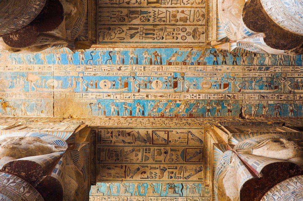 Con la mayor concentración de monumentos antiguos de Egipto,  Luxor (antigua Tebas, la capital de los faraones)  es uno de los destinos imprescindibles de los viajeros de todo el mundo desde el siglo XVIII. Pero hay que planificar muy bien la visita porque es imposible abarcarlo todo. Las horas pasan sin darnos cuenta atravesando las salas con columnas de los grandes templos situados en la orilla este del Nilo. O visitando el Ramesseum, el templo funerario ordenado erigir por Ramsés II, situado en la necrópolis de Tebas; o descendiendo a las tumbas de los faraones del Valle de los Reyes, en la ribera oeste.    Imprescindibles son los templos de Karnak, un extraordinario conjunto de templos, quioscos, pilones y obeliscos dedicados a la tríada tebana y a la gloria de los faraones que ocupa un espacio en el que cabrían 10 catedrales, así como el museo de Luxor, ambos en la orilla oriental del gran río, la de los vivos. La otra orilla, la de los muertos, es el territorio donde se celebraban los entierros reales desde el año 2100 antes del Cristo. Allí está el Valle de los Reyes, una necrópolis donde cada año se descubren nuevas tumbas, aunque hay algunas que son más famosas que otras, como la de Ramsés III, la de Tutankamón, o la de Seti I. En la misma orilla están el Valle de las Reinas, con la tumba de la reina Nefertari, la esposa favorita de Ramsés II, además de otros templos y monumentos, como el Ramesseum o el impresionante Hatshepsut.    En la foto, el templo de Dendera, dedicado a la diosa Hathor, una de las deidades más importantes del antiguo Egipto. A 45 kilómetros de Luxor, es uno de los templos mejor conservados, y aún luce sus colores originales al haber estado cubierto por la arena del desierto durante mucho tiempo.