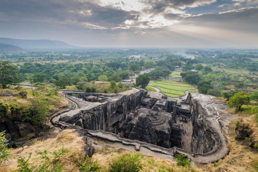 Cerca de la ciudad de Aurangabad, en el estado de Maharashtra, en el centro de la India, se encuentra uno de esos lugares que resulta casi mágico, y que por supuesto, es patrimonio mundial. Son los templos de las cuevas de Ellora, epítome de la antigua arquitectura hindú en roca tallada, cincelados durante más de cinco siglos por generaciones de monjes budistas, hinduistas y jainies. A diferencia de la cercana Ajanta (se suelen visitar juntas), talladas en la cara de una roca, las cuevas de Ellora se alzan a lo largo de una escarpa de dos kilómetros, y las arquitectos construyeron historiados patios frente a los santuarios. Son 34 cuevas en total, más tranquilas las 12 que son budistas, frente al dramatismo de las 17 cuevas hinduistas, que son un mundo aparte. Las cinco cuevas jainistas son las más nuevas, con pinturas y esculturas llenas de detalles.