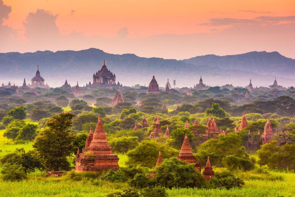 Más de 3.000 templos budistas salpican  las llanuras de Bagan, el enclave donde se fundó el primer reino de Birmania . Fechados entre los siglos XI y XIII, la mayoría de estos han sido renovados, ya que Bagan sigue siendo un activo lugar religioso. Uno de los templos más bellos es el de Ananda Patho, que se alza 52 metros sobre la llanura. Está bien conservado y es uno de los más venerados. Los templos fueron gravemente dañados por un terremoto en 2016, pero están siendo restaurados. Hay mucha historia y muchas leyendas en cada rincón de Bagan y conviene organizar con tiempo la visita al recinto arqueológico. Por supuesto, no faltan los circuitos en autobús y multitudes en los sitios más populares para despedir el sol, pero se pueden evitar. Basta con ir en bici y disfrutar por cuenta propia de estos templos, o bien sobrevolarlos en globo.