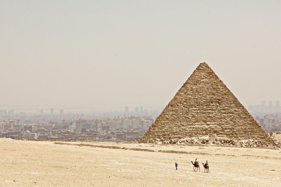 Elevándose sobre la expansión descontrolada de  El Cairo  y las llanuras desérticas, las pirámides de Giza y la Esfinge son el punto máximo de todo itinerario. Durante casi 4.000 años, su insólita figura, impecable geometría y descomunal tamaño han llevado a preguntarse cómo se construyeron y por qué. Siglos de investigación han dado con parte de la respuesta; estas tumbas colosales las construyeron cuadrillas formadas por decenas de miles de trabajadores por orden de los faraones. Ningún viaje a Egipto está completo sin la foto ante la última de las maravillas de la Antigüedad que queda en pie. Dentro de las pirámides no hay mucho que ver, pero la experiencia de entrar en el corazón de la gran pirámide de Keops es inolvidable.