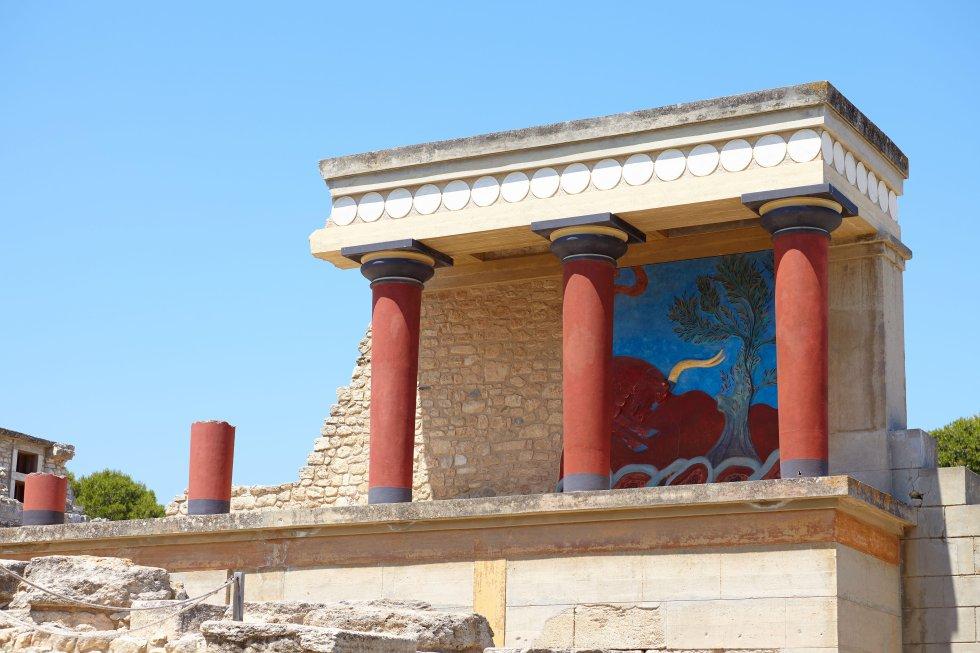 Hay que ir a  la isla de Creta  para codearse con los fantasmas de los minoicos, un pueblo de la Edad del Bronce que alcanzó un altísimo grado de civilización y gobernó gran parte del Egeo desde su capital en Cnosos hace unos 4.000 años. Hasta que se excavó el yacimiento a principios del siglo XX, este inmenso tesoro de frescos, esculturas y otros restos yacía enterrado bajo el suelo de Creta. A pesar de una polémica reconstrucción parcial, Cnosos sigue siendo uno de los yacimientos arqueológicos más importantes del Mediterráneo y la primera atracción turística de Creta. La alternativa (o mejor, el complemento) a la visita a Cnosos son los otros tres importantes yacimientos minoicos del interior de la isla: Festos, Agia Triada y Malia. Ninguno de ellos ha sido reconstruido y, por tanto, nos pueden dar una idea menos adulterada de la vida de esta antigua civilización.