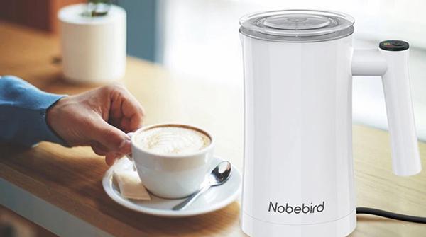 Tamaño mini y eléctrico: el espumador de leche para degustar el café con 1.500 valoraciones en Amazon