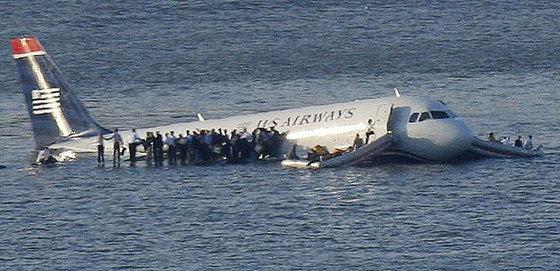 Resultado de imagen de avion aterrizaje sobre el rio hudson