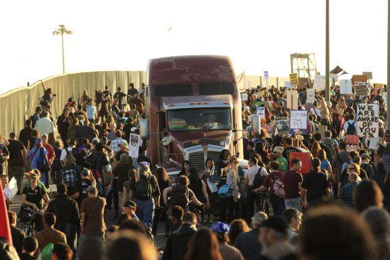 La manifestación ha obligado a parar las operaciones. / ROBERT GALBRAITH (REUTERS)