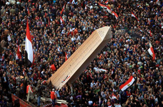 Los egipcios llevan a la plaza Tahrir un obelisco con los nombres de los fallecidos en la revuelta del año pasado. / MAHMUD HAMS (AFP)