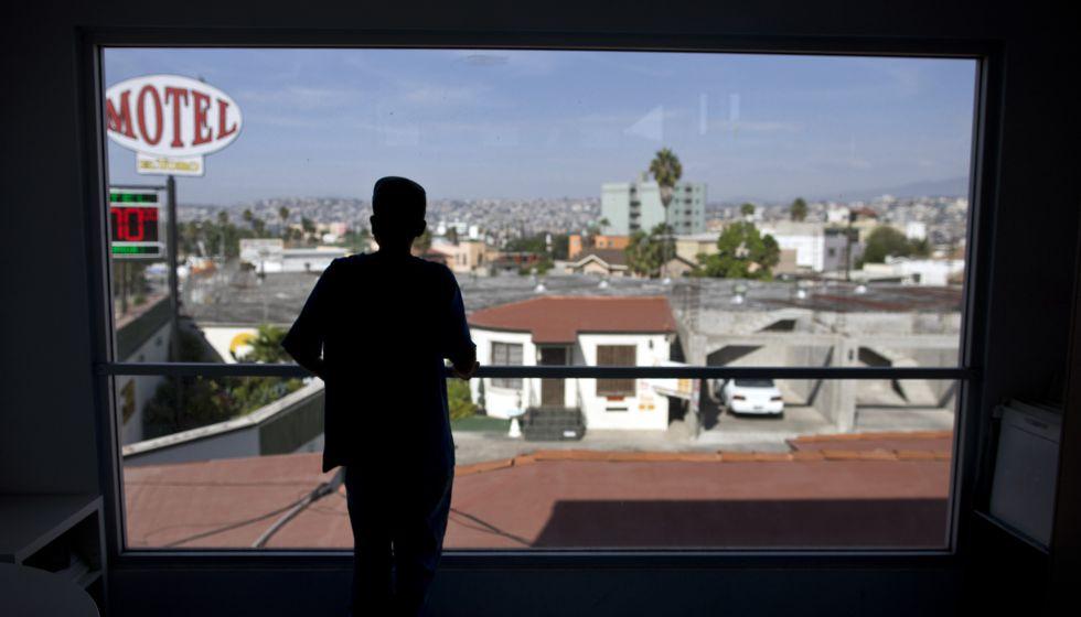 Óscar pasa los días en la casa YMCA para menores migrantes de Tijuana, después de haber sido sorprendido por la patrulla fronteriza estadounidense saltando la valla.