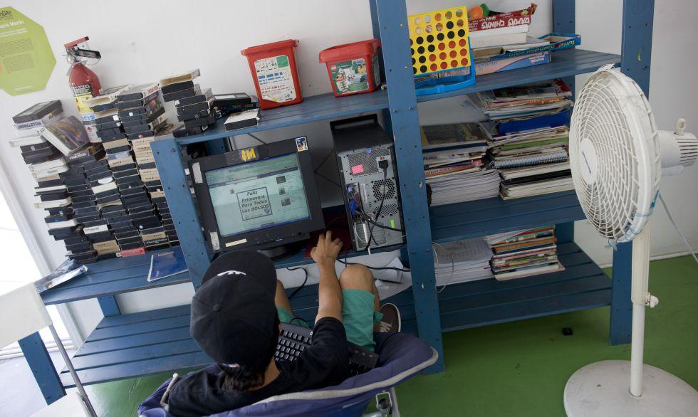 En la casa de menores YMCA de Tijuana, los niños repatriados pueden conectarse a Internet para comunicarse con sus familias.