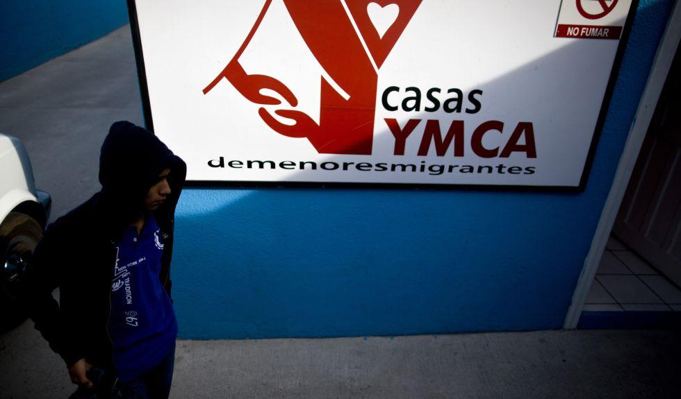 Un menor llega a la casa YMCA de Tijuana para menores migrantes tras ser deportado por Estados Unidos.