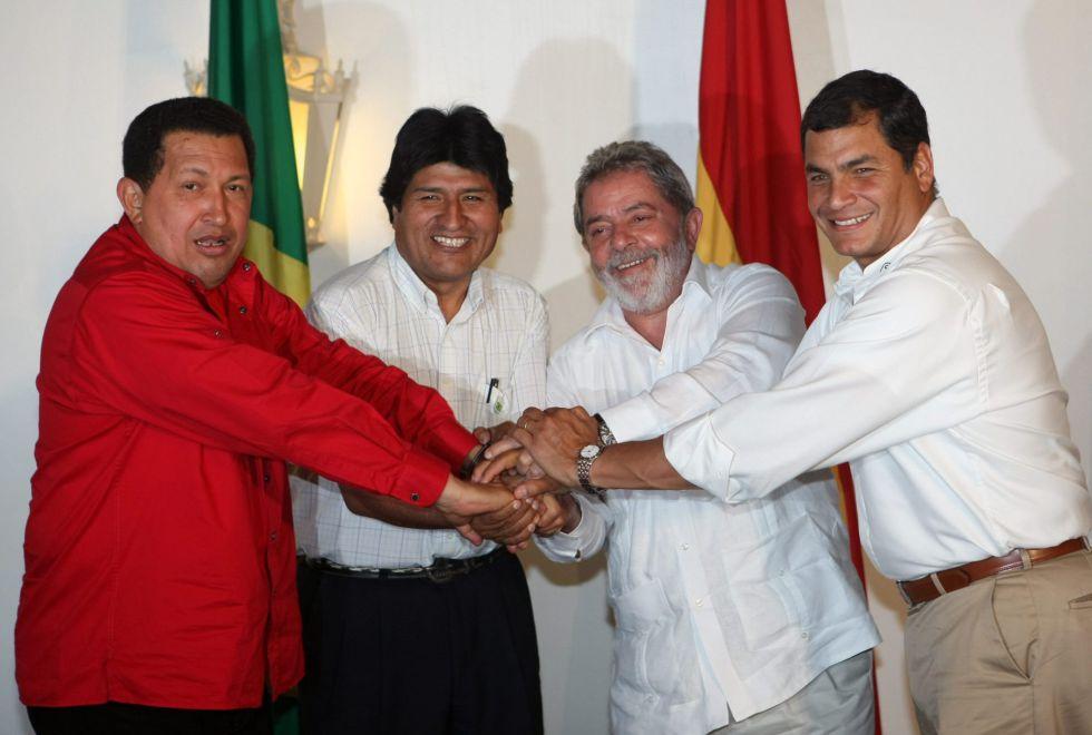 Los presidentes de Venezuela, Hugo Chávez; Bolivia, Evo Morales; Brasil, Luiz Inácio Lula da Silva, y Ecuador, Rafael Correa (de izquierda a derecha), posan para la fotografía oficial de su encuentro el 30 de septiembre de 2008, en Manaos (Brasil), donde celebraron una cumbre.