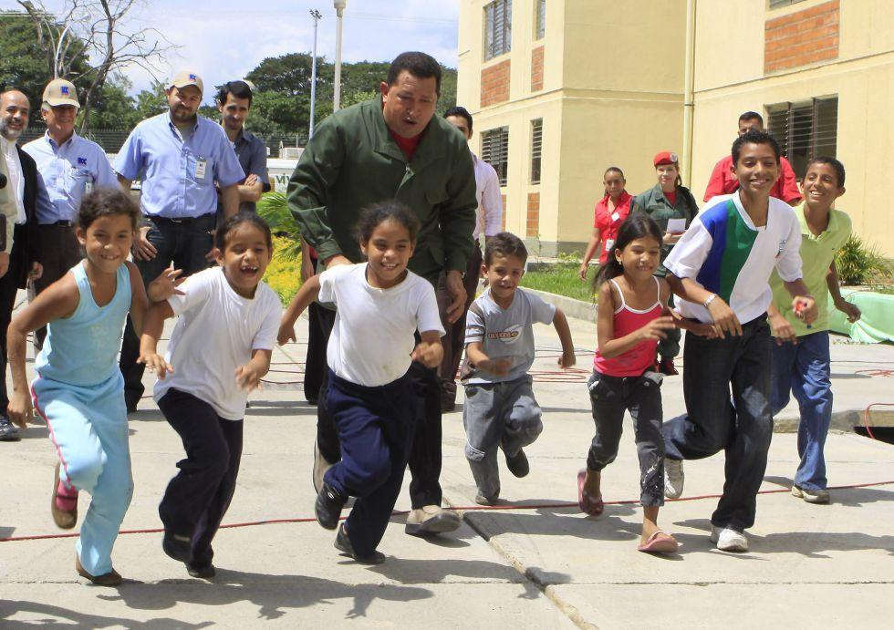 """El presidente de Venezuela, Hugo Chávez, juega con unos niños, durante la emisión número 343 de su programa dominical de radio y televisión """"Aló Presidente"""" en Caracas (Venezuela), en noviembre de 2009."""