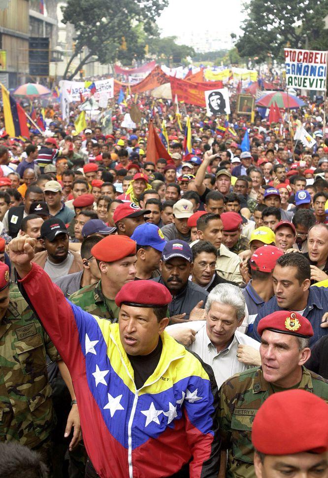 El presidente de Venezuela Hugo Chávez, se une a una manifestación progubernamental para conmemorar el aniversario de la democracia venezolana, en Caracas, en enero de 2002.