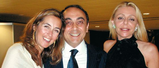 43c7cb3b2b18 Giovanni Carenzio with Mónica Cembro (left) and Elisabetta Caltagirone at a  dinner he organized