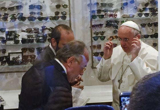 El Papa Francisco, probándose unas gafas