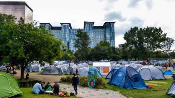 Cientos de refugiados acampan ante la oficina de for Oficina de extranjeria madrid aluche