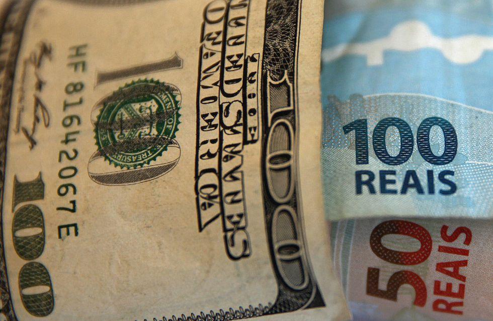 Un Billete De 100 Dólares Y Otros Dos 50 Reales
