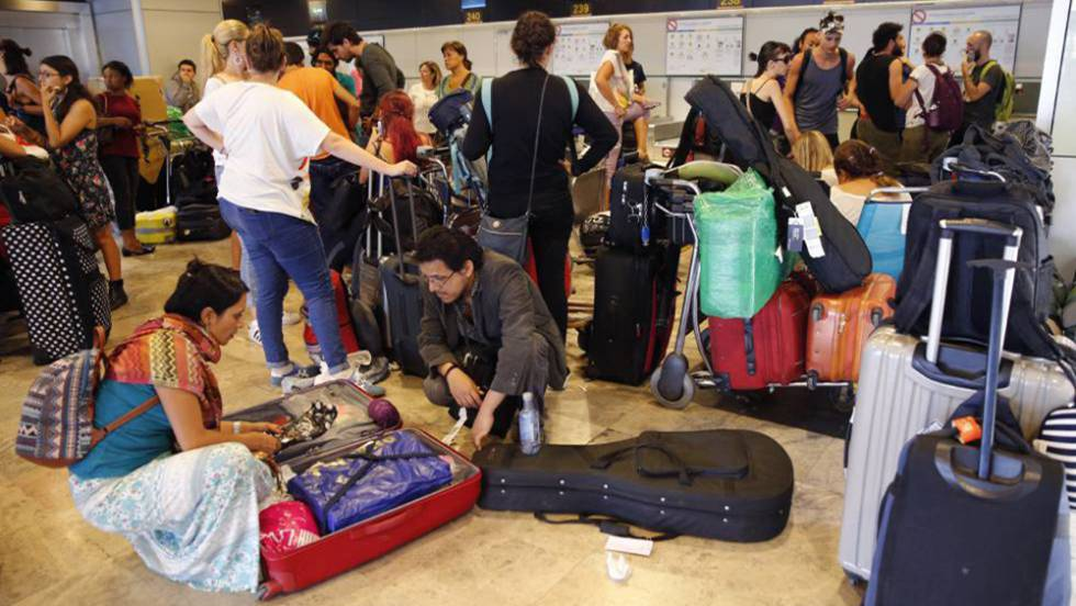 Aerom xico decenas de mexicanos atrapados en el for Cajeros en el aeropuerto