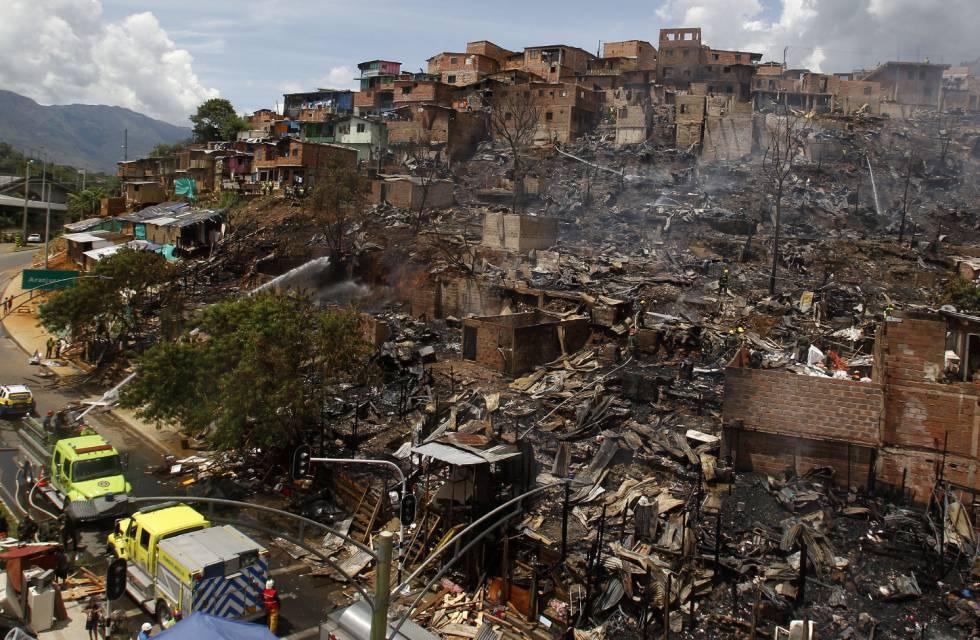 Un incendio deja sin techo a más de cien familias en Medellín