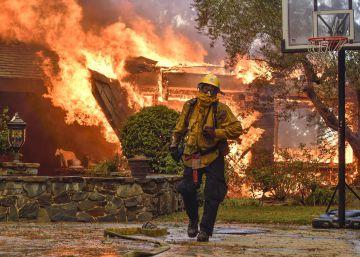 Al menos 13 muertos y más de 30.000 evacuados por los incendios en el norte de California