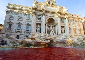 Un ultraderechista tiñe de rojo la Fontana de Trevi