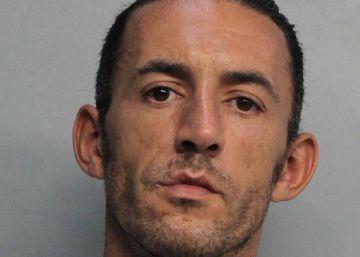 Deportado sin juicio un hombre que mató a un gato en Miami Beach con una ballesta