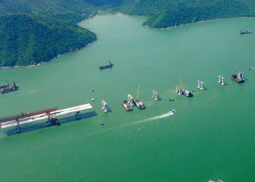 La tortuosa construcción del puente más largo del mundo sobre el mar