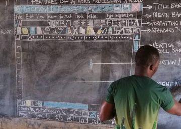 El profesor de Ghana que enseña Word con tiza y pizarra