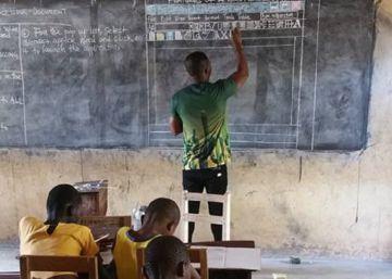 Microsoft anuncia que regalará un ordenador al profesor de Ghana que enseña Word con tiza y pizarra