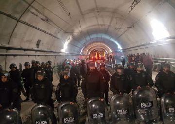 La policía irrumpe en los túneles del subterráneo de Buenos Aires para romper una huelga