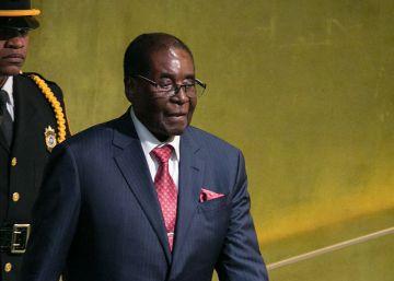 Mugabe se resiste a desaparecer del poder en Zimbabue
