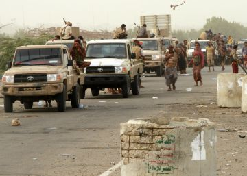 Los habitantes del puerto yemení de Hodeida intentan huir de los bombardeos