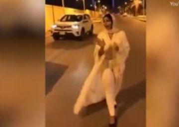 Una presentadora de televisión huye de Arabia Saudí acusada de vestir de forma indecente
