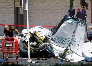 Al menos cinco muertos al estrellarse una avioneta cerca de un centro comercial en California