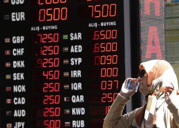 Los turcos cambian sus dólares y oro por liras para salvar la economía