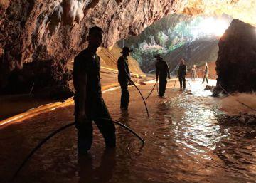 Una exposición muestra el rescate de los 12 niños y su entrenador atrapados en una cueva de Tailandia