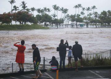 El huracán Lane golpea a Hawái y provoca inundaciones y deslizamientos de tierra