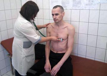 El cineasta ucranio preso en Rusia Oleg Sentsov suspende su huelga de hambre
