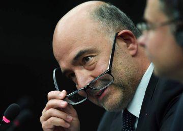 Los zapatazos de un eurodiputado de la Liga a unos papeles del comisario Moscovici