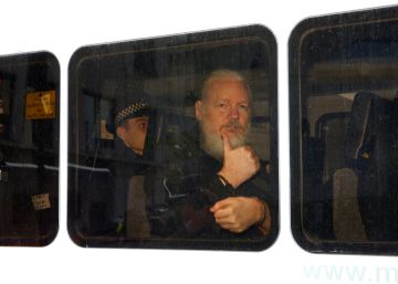 Ecuador dará a Washington los ordenadores y documentos de Assange en Londres